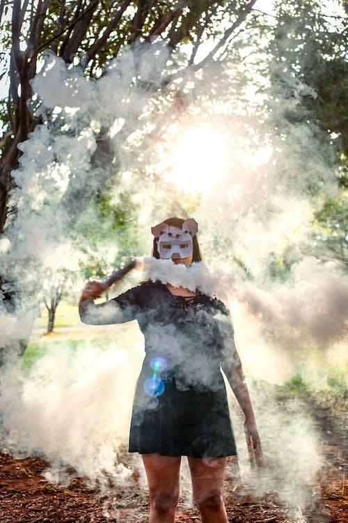 Gratis stockfoto met fotomodel, masker dragen, natuur, roken