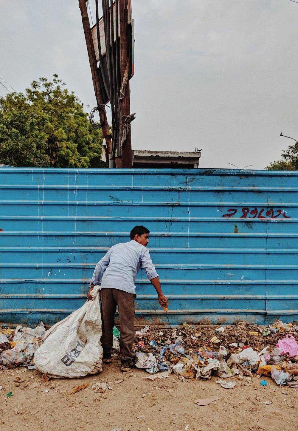 Man collecting garbage | Photo: Pexels