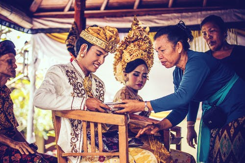 Foto d'estoc gratuïta de amor, assegut, Bali, barret