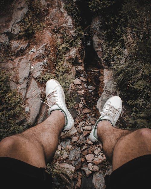 adam, ayakkabı, ayakkabılar, çift içeren Ücretsiz stok fotoğraf