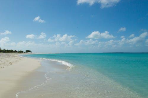 Ilmainen kuvapankkikuva tunnisteilla hiekkaranta, meri, pilvet, sininen