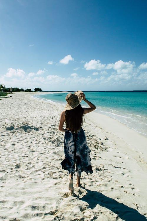 a la vora de l'oceà, aigua, barret
