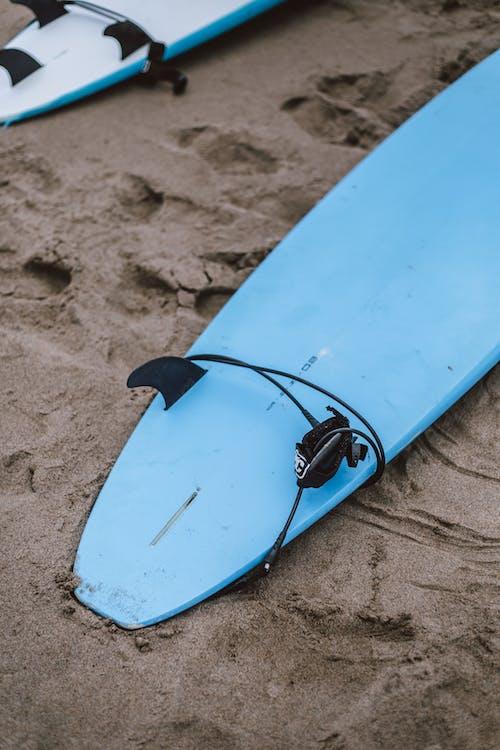 Foto d'estoc gratuïta de platja, Riba, sorra, taula de surf