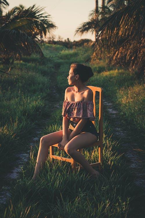 Darmowe zdjęcie z galerii z czas wolny, drewniane krzesło, kobieta, lato