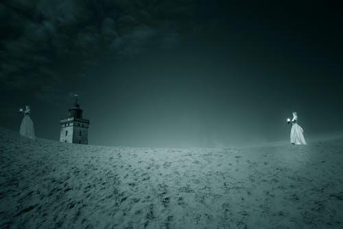 akşam, deniz feneri, fener, insanlar içeren Ücretsiz stok fotoğraf