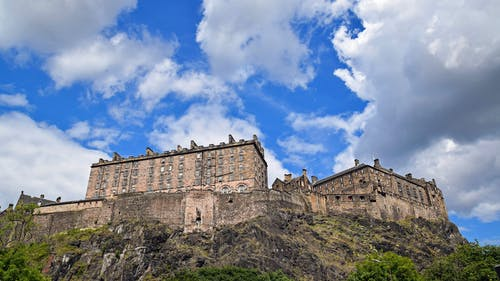 bina, bulutlar, Edinburg, edinburgh kalesi içeren Ücretsiz stok fotoğraf