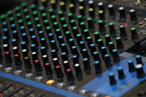 Бесплатное стоковое фото с аудио микшер, кнопки, микшерный пульт