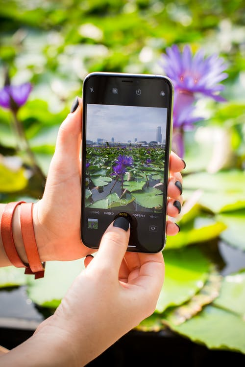 Foto profissional grátis de celular, eletrônicos, fotografando, monitor