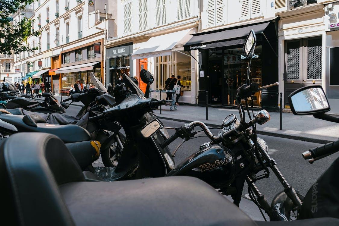Binaların Yakınına Park Edilmiş Motosikletlerin Fotoğrafı