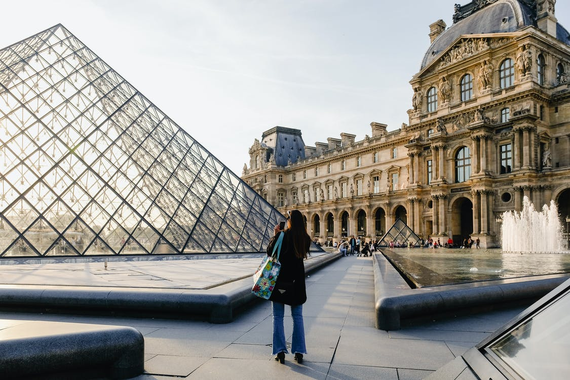 Binanın Fotoğrafını çeken Kadın