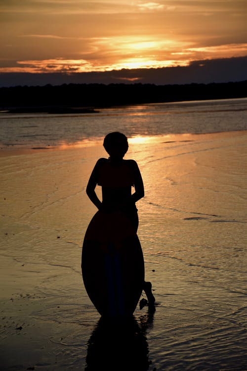 Foto stok gratis bayangan hitam, cewek, matahari terbenam, pantai
