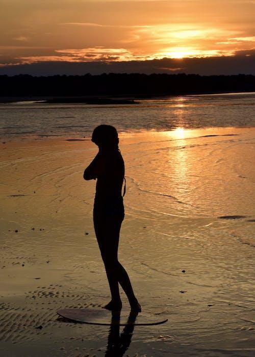 Foto stok gratis bayangan hitam, cewek, lumpur datar, matahari terbenam
