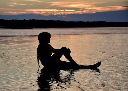 Foto stok gratis bayangan hitam, matahari terbenam, pantai