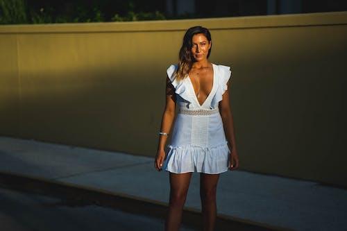Kostnadsfri bild av attraktiv, ha på sig, klänning, kvinna