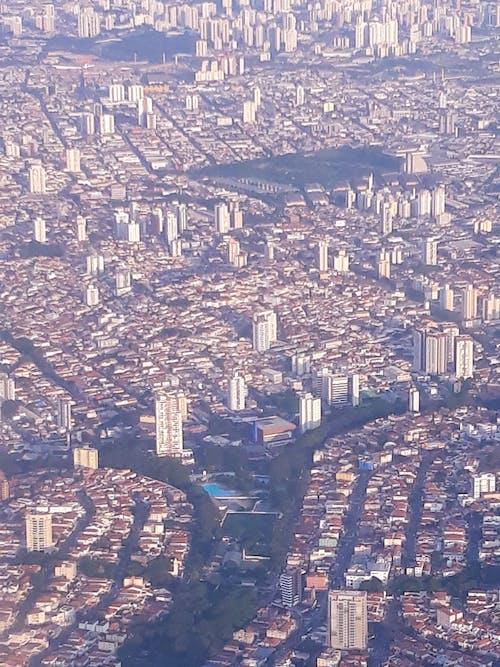 Immagine gratuita di aeroplano, città, finestra dell'aeroplano