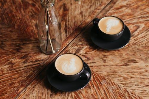 Ingyenes stockfotó asztal, bögre, cappuccino, csésze kávé témában