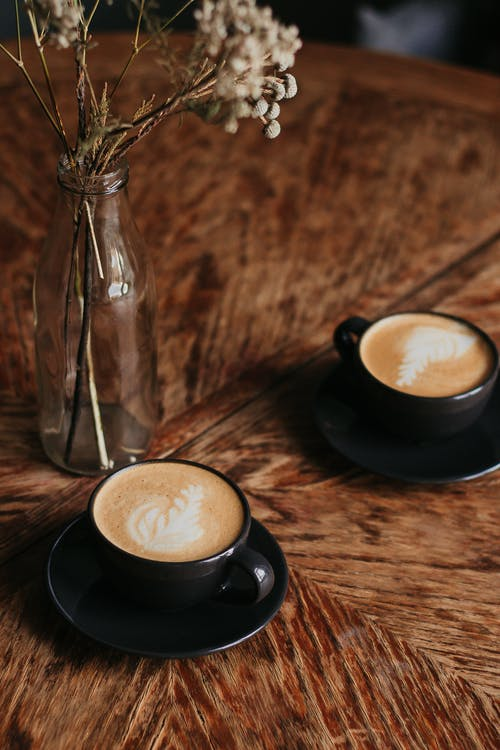 Gratis arkivbilde med cappuccino, drikkevarer, drinker, kafé