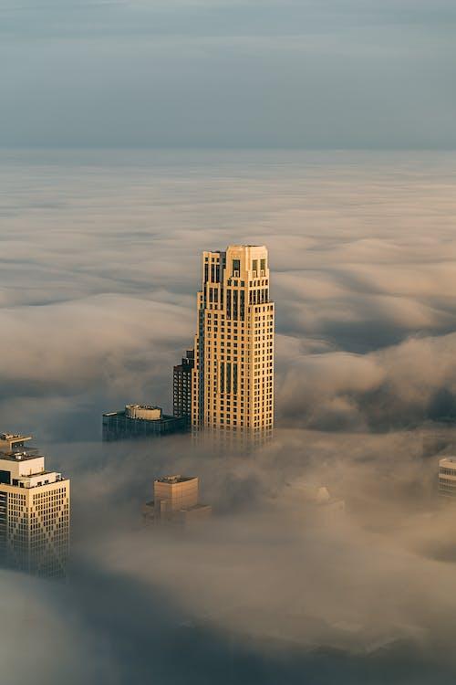 Darmowe zdjęcie z galerii z architektura, budynek, drapacz chmur, mglisty