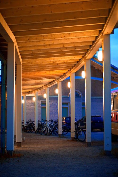 Безкоштовне стокове фото на тему «архітектура, Будівля, Велосипеди, Вулиця»