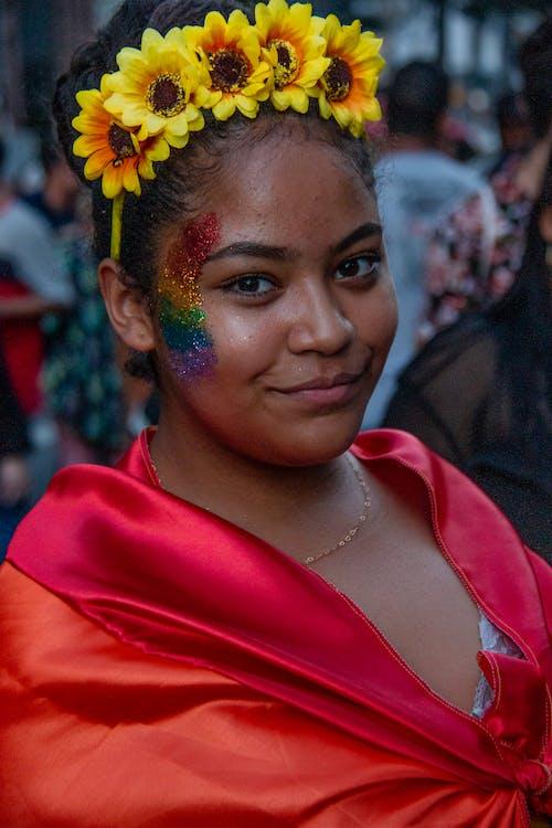 Darmowe zdjęcie z galerii z duma, gejowska duma-h, kobieta, korona kwiatowa