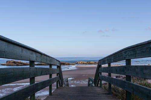 Foto d'estoc gratuïta de a la vora de l'oceà, aigua, cel, cel blau