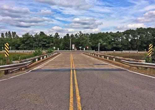 Foto profissional grátis de árvores, asfalto, estrada, nuvens