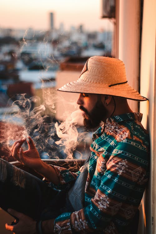 Foto profissional grátis de adulto, bigode, chapéu, chapéu de palha