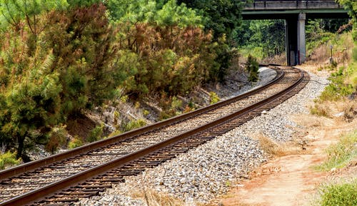 Photos gratuites de arbres, balustrade, cailloux, chemin de fer