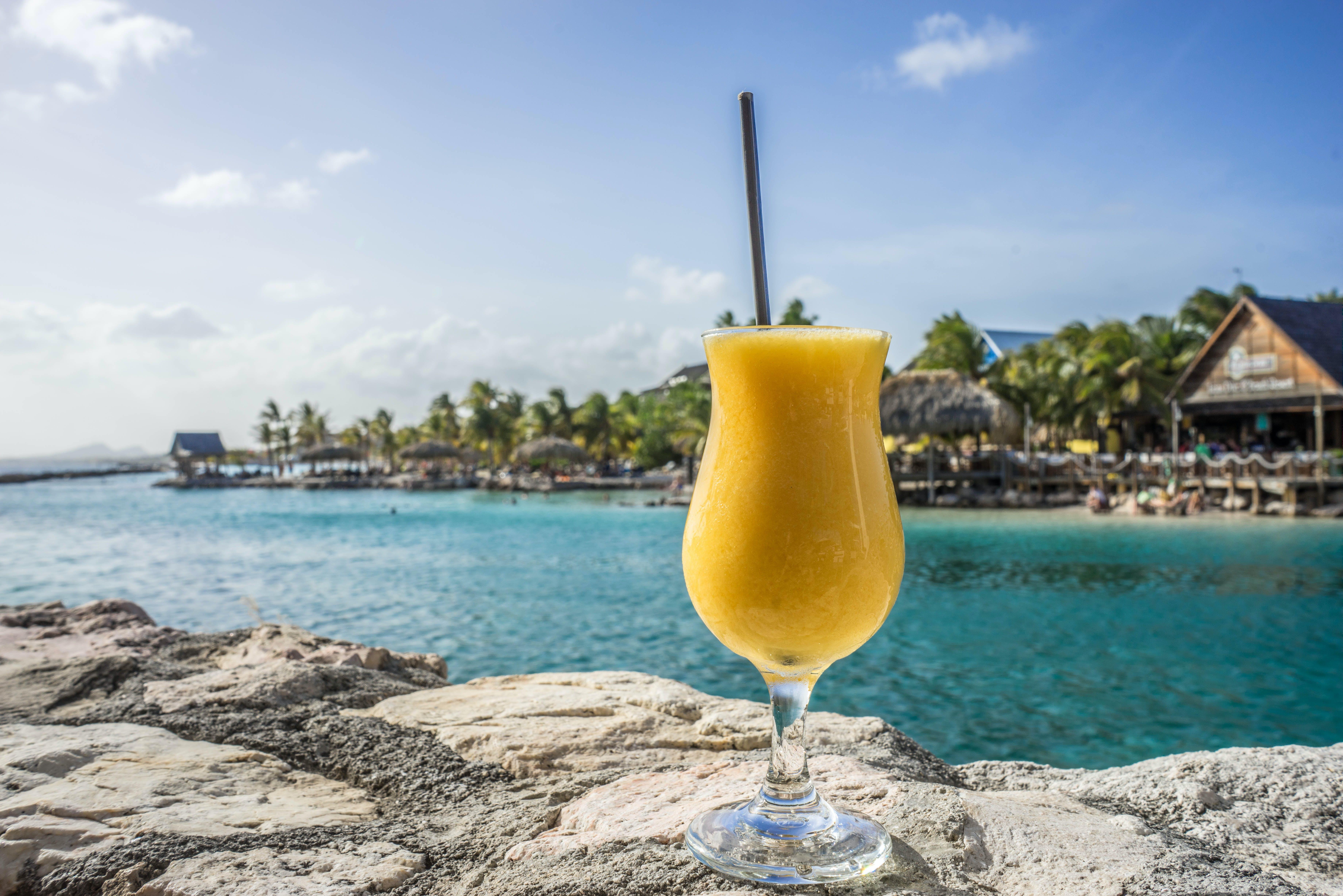 Darmowe zdjęcie z galerii z czas wolny, drink, karaibski, koktajl owocowy