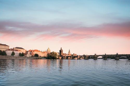 Immagine gratuita di acqua, alba, cielo, città