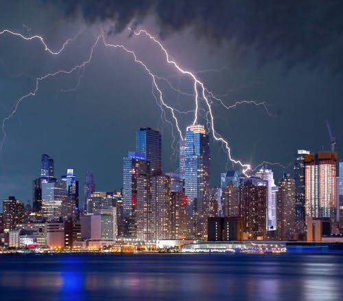 Бесплатное стоковое фото с архитектура, болт, буря, вечер