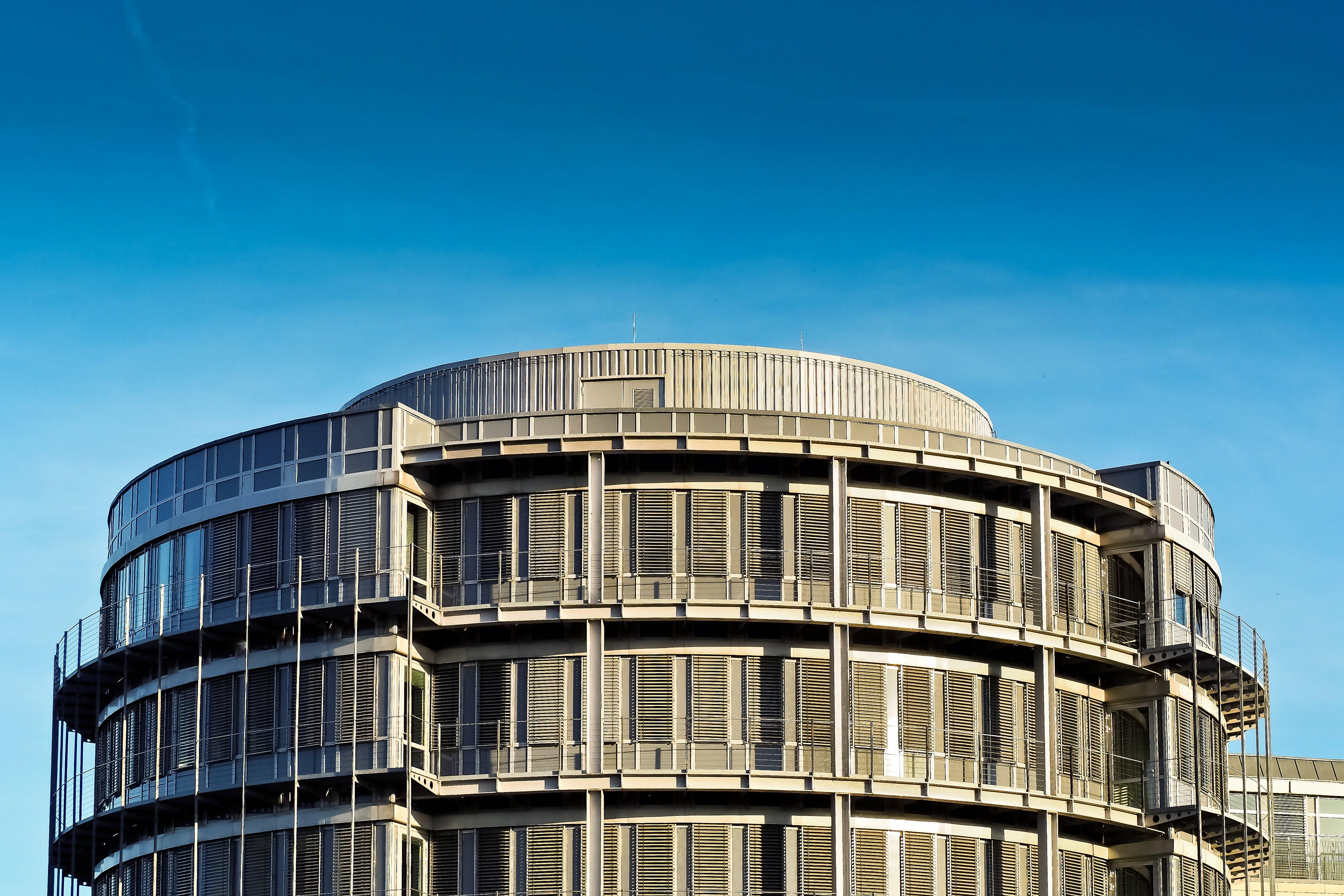 Gratis lagerfoto af arkitektur, blå himmel, by, byggeri
