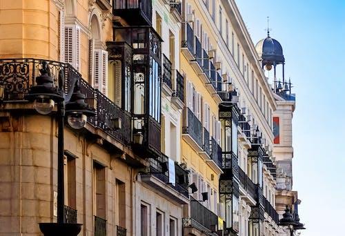 Gratis arkivbilde med arkitektur, balkong, by, bygning