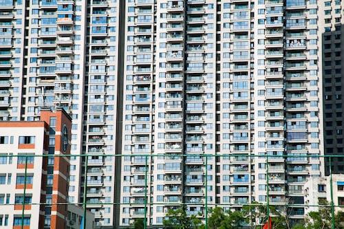 apartmanlar, bakış açısı, bardak, bina içeren Ücretsiz stok fotoğraf