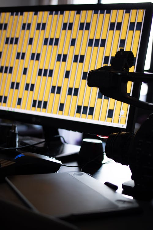 Kostenloses Stock Foto zu arbeitsplatz, bildschirm, computer, elektrik
