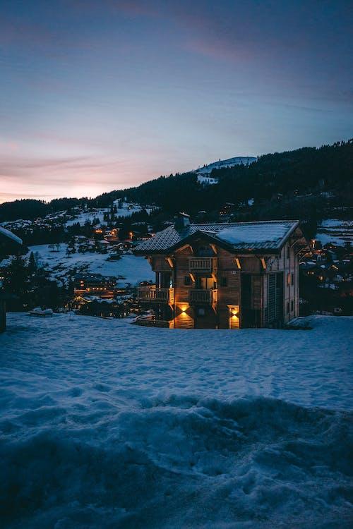 Photos gratuites de aube, cabane, cabine, couvert de neige