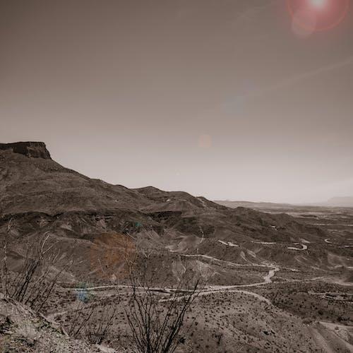 Foto d'estoc gratuïta de b/n, desert, efecte solar, gris