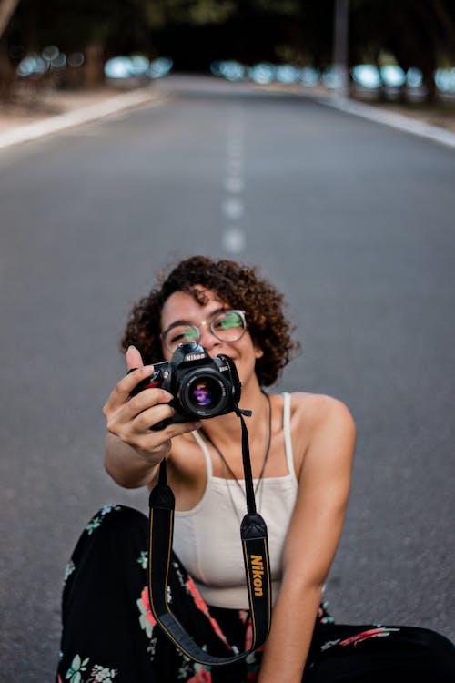Gratis lagerfoto af alene, briller, fotograf, fotosession