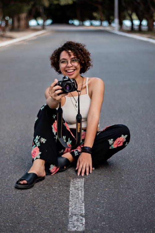 Безкоштовне стокове фото на тему «DSLR, DSLR-камера, Nikon, брюнетка»