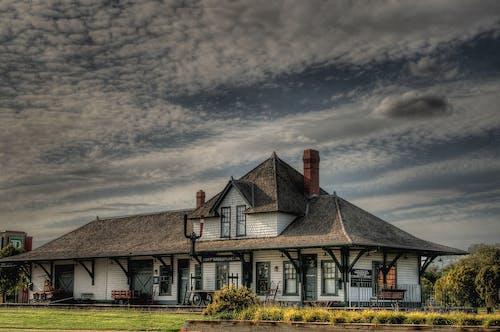 Immagine gratuita di architettura, Cielo scuro, edificio, erba