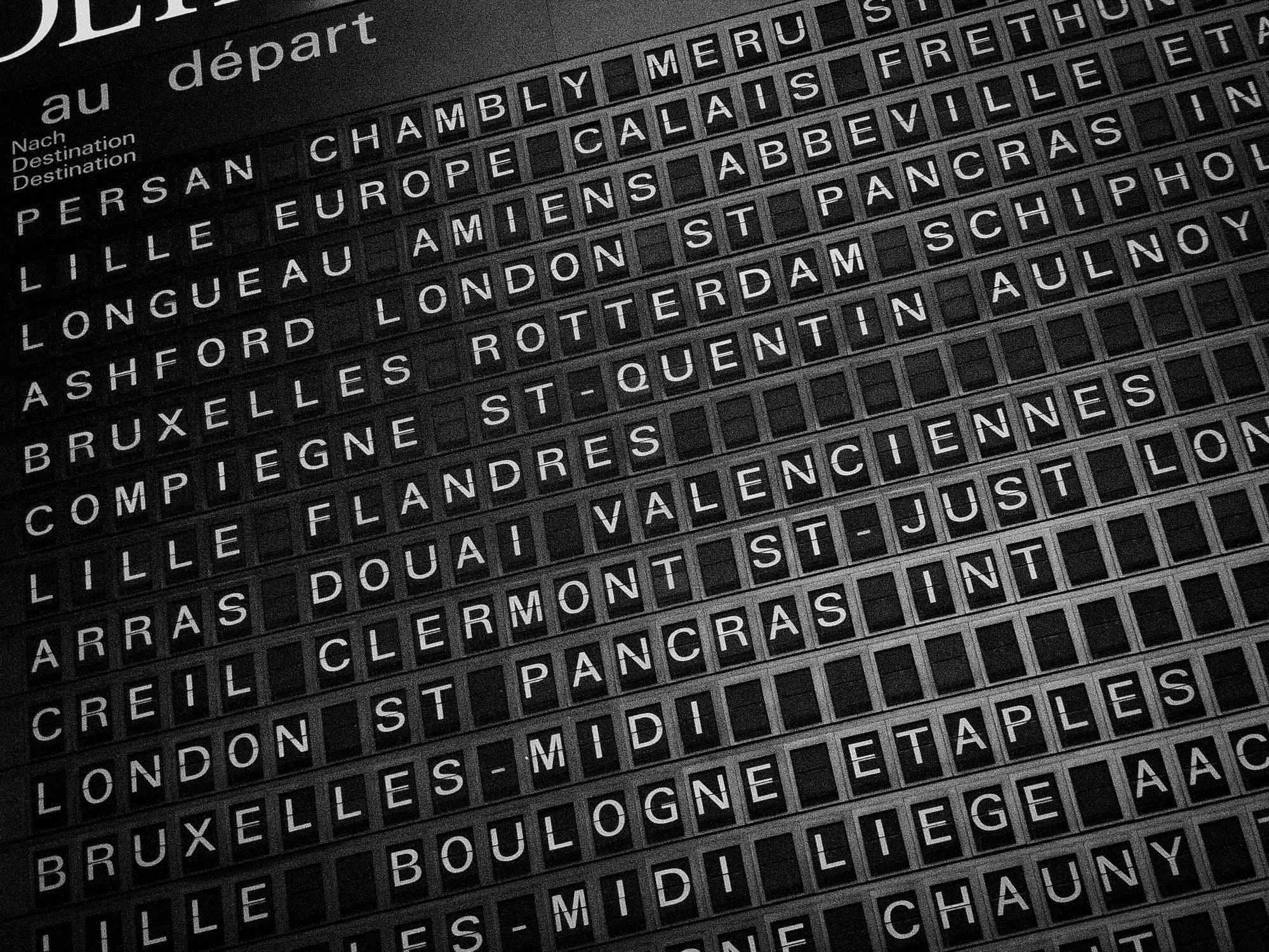 Бесплатное стоковое фото с направления, путешествие, станция, черно-белый