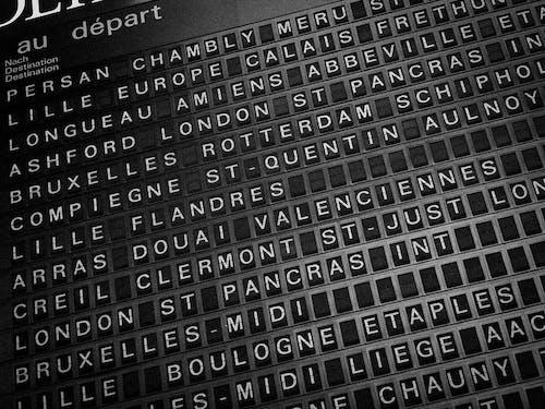 Kostenloses Stock Foto zu reiseziele, schwarz und weiß, station