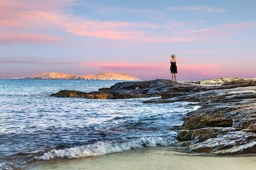 Foto d'estoc gratuïta de a la vora de l'oceà, aigua, alba, dona