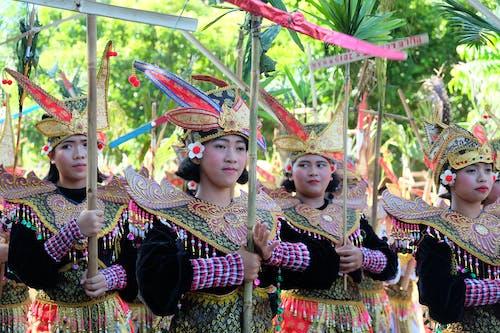 Foto d'estoc gratuïta de Bali, dona, dona caminant, energia eòlica