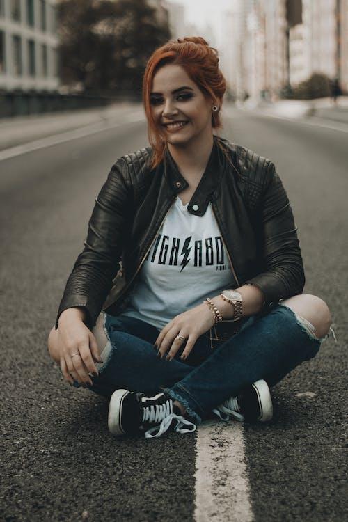 Foto profissional grátis de alegre, bonita, calça jeans, camiseta branca