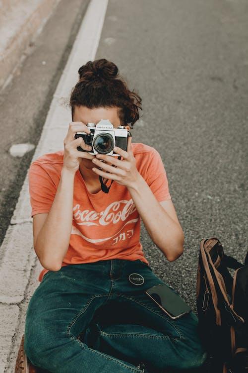 Gratis arkivbilde med fotograf, kamera, mann, mobiltelefon