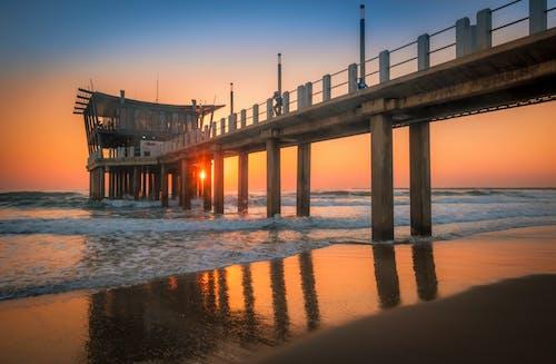 akşam karanlığı, dalgalar, deniz, deniz kıyısı içeren Ücretsiz stok fotoğraf