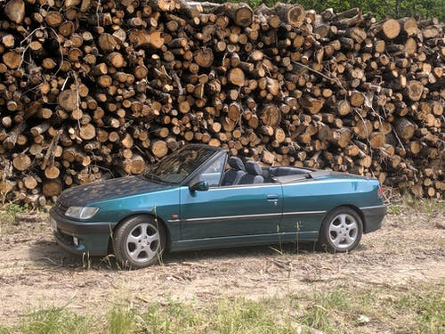 Kostnadsfri bild av grön konvertibel, loggar, peugeot 306 cabriolet, pininfarina