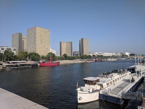 Kostnadsfri bild av båtar, blå himmel, lightouse, not