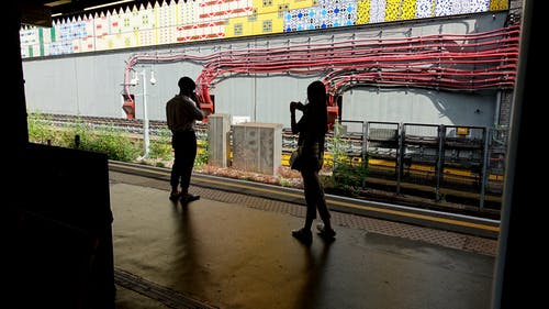 Gratis stockfoto met jong koppel, koppel, treinplatform